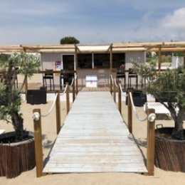 Azur Plage célèbre l'art de vivre au soleil depuis 1995 en déclinant tous les plaisirs liés à l'été et la sieste.