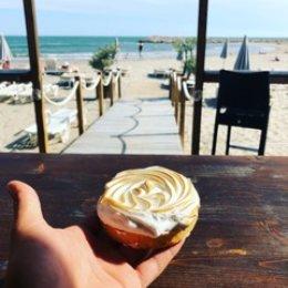 Azur Plage vous apporte une restauration rapide comprenant boissons et glaces (salades, sandwichs, pizzas, burgers)